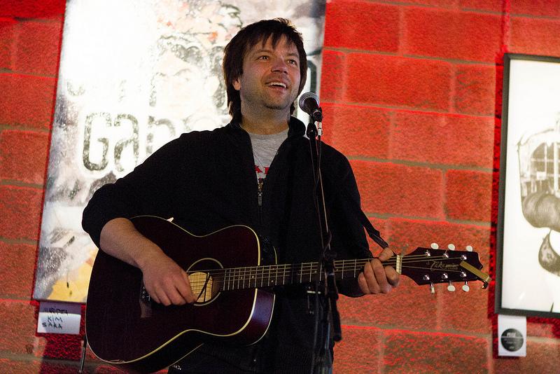 Mononc' Serge en prestation lors de la conférence de presse, photo par Karine Jacques