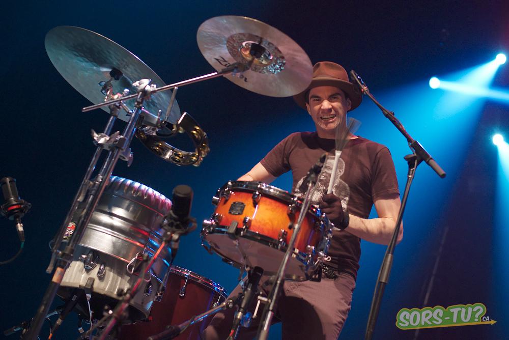 Brian Viglione à la batterie. Photo par Richard Mercier.