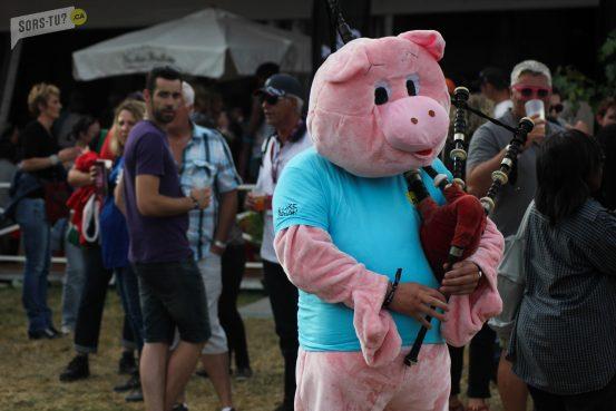 Un cochon qui danse et fait de la cornemuse... On est bien aux Vieilles Charrues!