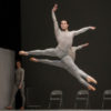 Piotr Stanczyk avec les artistes du Ballet dans the second detail. Photo par Cylla von Tiedemann, courtoisie de The National Ballet of Canada.