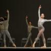 Jordana Daumec avec les artistes du Ballet dans the second detail. Photo par Cylla von Tiedemann, courtoisie de The National Ballet of Canada.