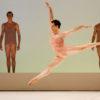 Piotr Stanczyk avec les artistes du Ballet dans Chroma. Photo par Bruce Zinger, courtoisie de The National Ballet of Canada