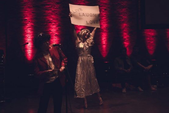 Performance créée par Philippe Dumaine inspirée de <a href='/artiste/serpentine/' >Serpentine</a> de <a href='/artiste/daina-ashbee/' >Daina&nbsp;Ashbee</a>. Photo par NICE TRY - belessai.
