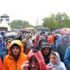 La foule du dimanche, sous la pluie.