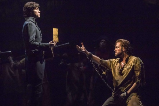 Javert  (Josh Davis) et Jean Valjean (Nick Cartell) Crédit photo: Matthew Murphy