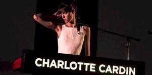 Charlotte Cardin à l'Église Saint-James | Prêtresse classy et sassy!