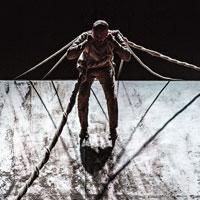 XENOS est une œuvre complète avec une superbe scénographie et des artistes de talent.