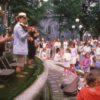Des musiciens jouant dans la fontaine de la Place d'Armes en 1998.