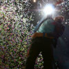 Chris Martin sous une pluie de confettis. Photo par Karine Jacques