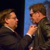Le maire Coderre remet une épinglette à Huey Lewis en conférence de presse du FIJM.